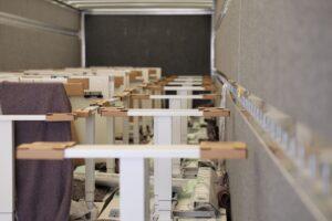 Gesicherte Möbel im Innenraum eines Anhängers
